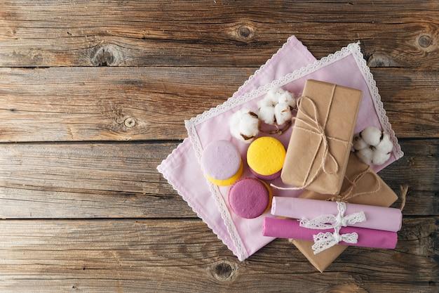 Różne kolorowe francuskie macarons i ozdobne pudełko