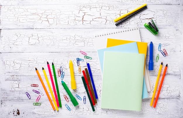 Różne kolorowe materiały piśmienne dla ucznia