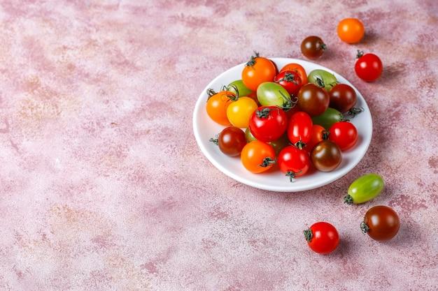 Różne kolorowe pomidory koktajlowe.