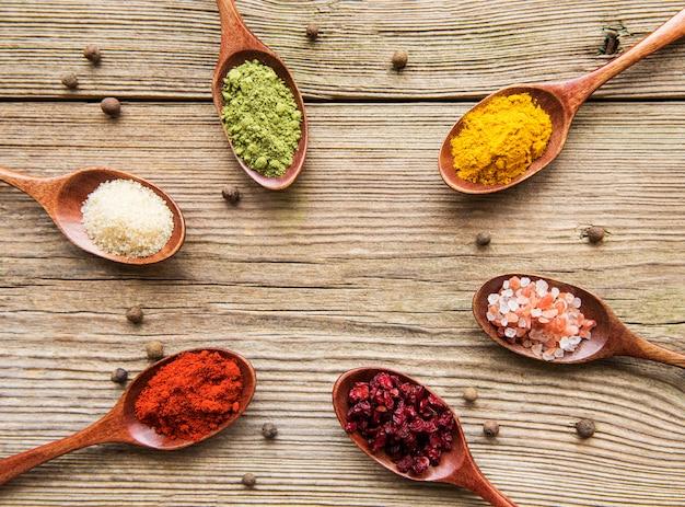 Różne kolorowe zioła i przyprawy na drewnianym stole