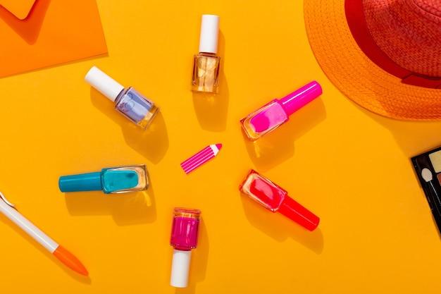 Różne kolory lakieru na lato przygotowujące do manicure