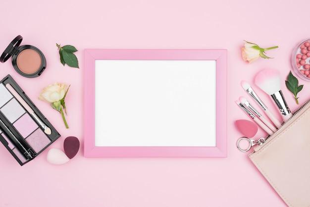 Różne kompozycje kosmetyków z pustą ramką