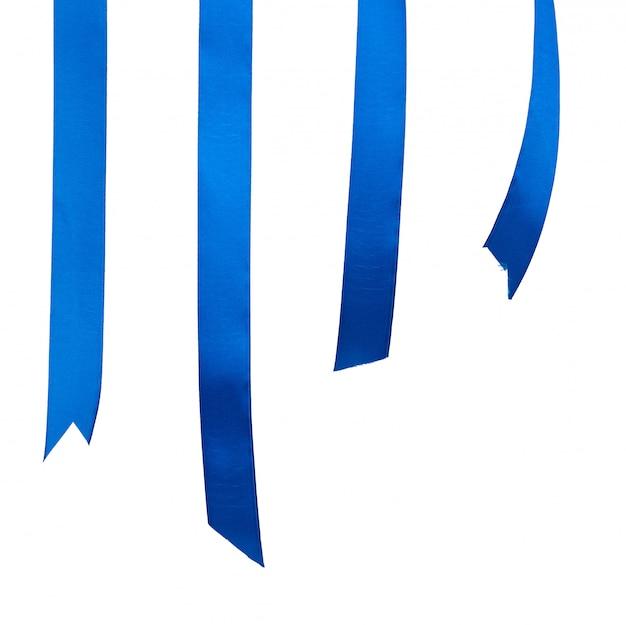 Różne końce niebieskiego jedwabiu wstążki na białym tle