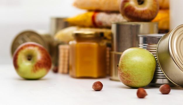 Różne konserwy, makarony i płatki na białym stole. koncepcja darowizny lub dostawy żywności.