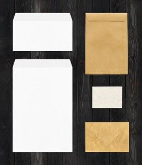 Różne koperty na białym tle na czarny stół z drewna