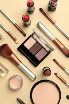Różne kosmetyki do makijażu na beżowym tle. akcesoria dla kobiet