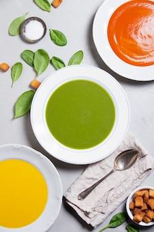 Różne kremowe zupy, widok z góry
