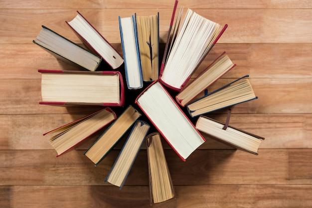 Różne książki na biurku