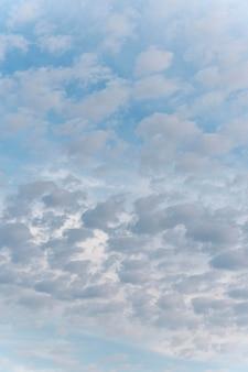 Różne kształty białych chmur