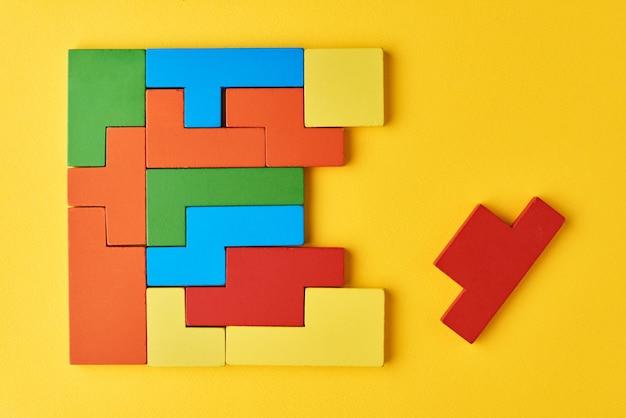 Różne kształty kolorowych klocków drewnianych