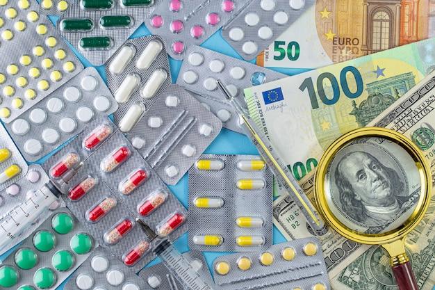 Różne leki i pieniądze. rosnące koszty opieki zdrowotnej.