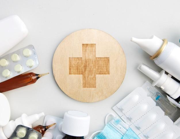 Różne leki, pigułki i inne leki na drewnianym białym stole