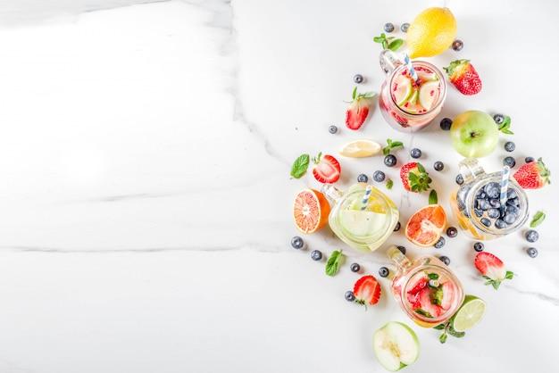 Różne lemoniady owocowe i jagodowe