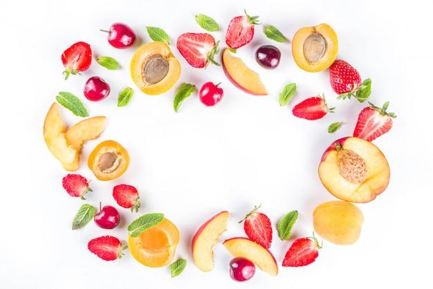 Różne letnie owoce i jagody na białym, płaskim wzorze