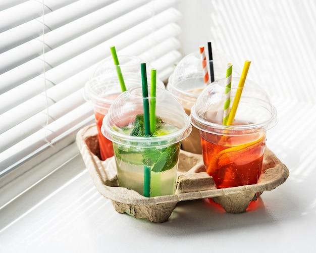 Różne letnie zimne napoje i koktajle w papierowym uchwycie