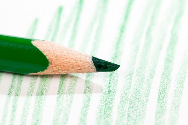 Różne linie narysowane ołówkiem na papierze o złej jakości, zbliżenie domowego amatorskiego rysunku