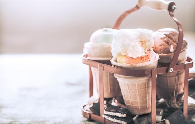 Różne lody w rożku