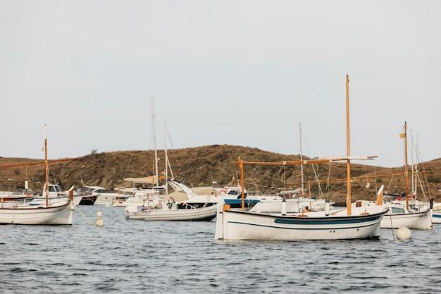 Różne łodzie podróżujące po oceanie