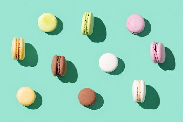 Różne makaroniki, kolorowe francuskie ciasteczka makaroniki. ostre światło