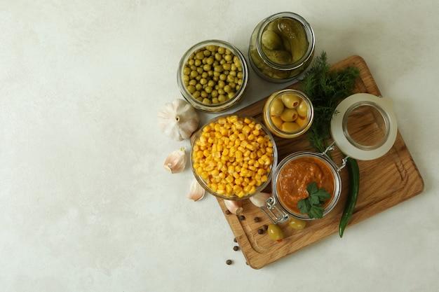 Różne marynowane potrawy i składniki na białym teksturą