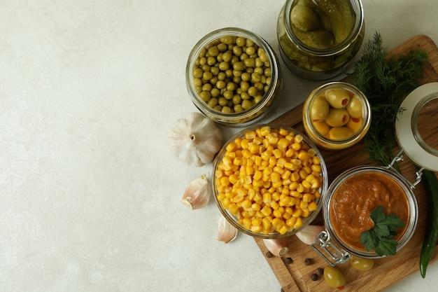 Różne marynowane potrawy i składniki na białym tle