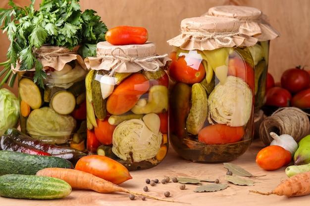 Różne marynowane warzywa w słoikach
