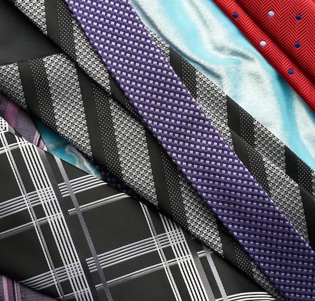 Różne męskie krawaty jedwabne, widok z góry