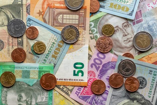 Różne metalowe monety i banknoty