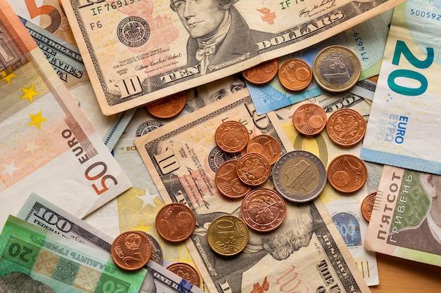 Różne metalowe monety rachunki i waluta banknotów euro