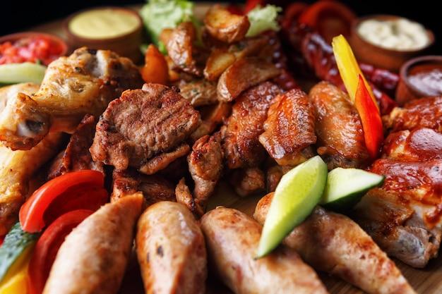 Różne mięso i kiełbaski
