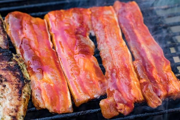 Różne mieszany grill z mięsa drobiowego i wieprzowiny, kiełbaski pieczone na ruszcie grillowym gotowane na letni rodzinny obiad.