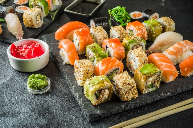 Różne mieszany zestaw sushi