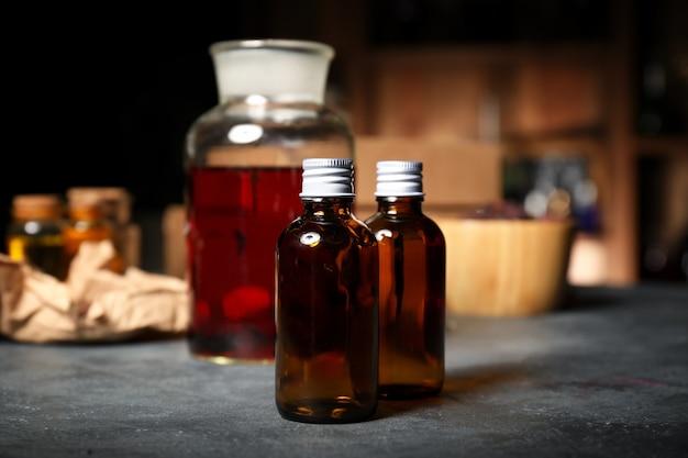 Różne mikstury na stole alchemika