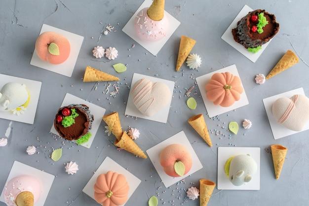 Różne mini ciasta słodki deser. koncepcja menu restauracji, widok z góry.