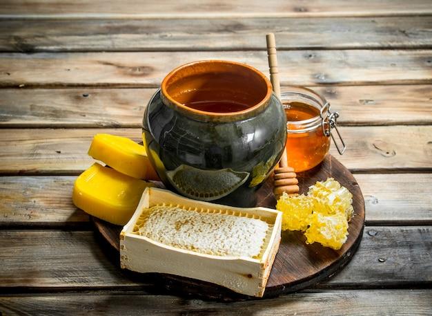 Różne miody pszczele. na drewnianym stole.