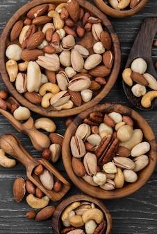 Różne miski pysznych orzechów z przekąskami