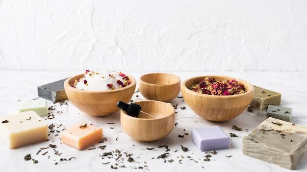 Różne miski z produktami do pielęgnacji skóry
