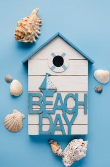 Różne muszle i napis dzień plaży. tło lato.
