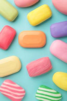 Różne mydła w różnych mydelniczkach. dużo stałego mydła zapewniającego higienę i czystość. kolorowe mydło i resztki są rozrzucone.