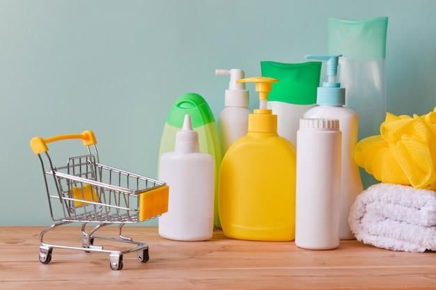 Różne naczynia do pielęgnacji ciała i wózek supermarketowy