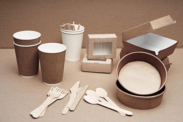 Różne naczynia jednorazowe z papieru i drewna ulegające biodegradacji