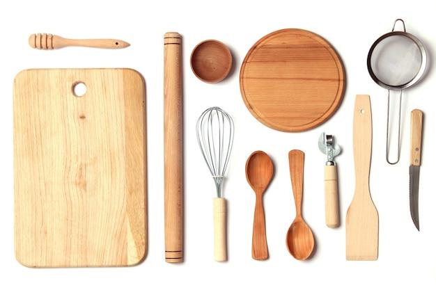 Różne naczynia kuchenne na jasnym tle urządzenia do gotowania z widokiem z góry