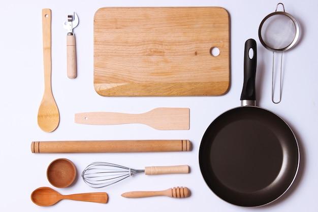 Różne naczynia kuchenne na jasnym tle widok z góry. urządzenia do gotowania. płasko leżał . zdjęcie wysokiej jakości