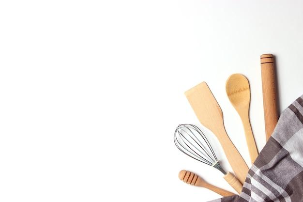 Różne naczynia kuchenne na jasnym tle widok z góry urządzenia do gotowania płasko ułożone
