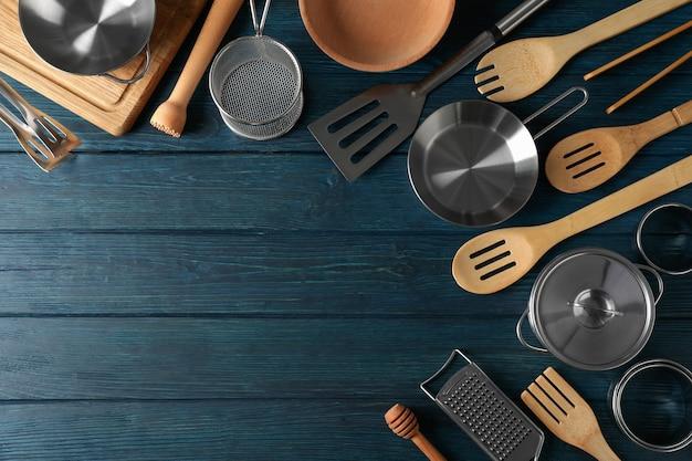 Różne naczynia kuchenne na niebieskim tle drewnianych.