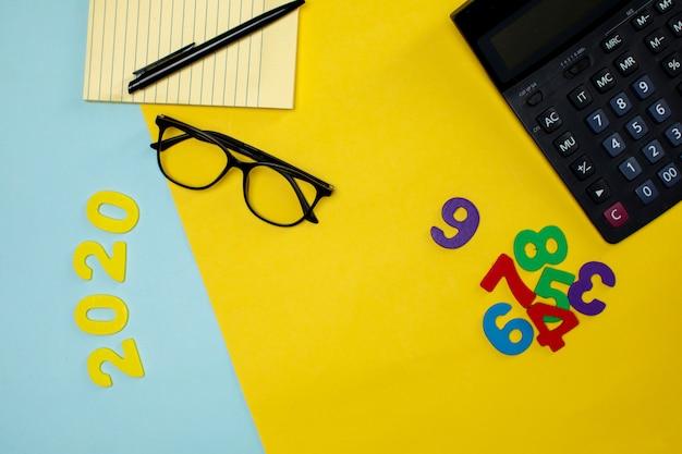 Różne narzędzia biurowe i cyfry na stole