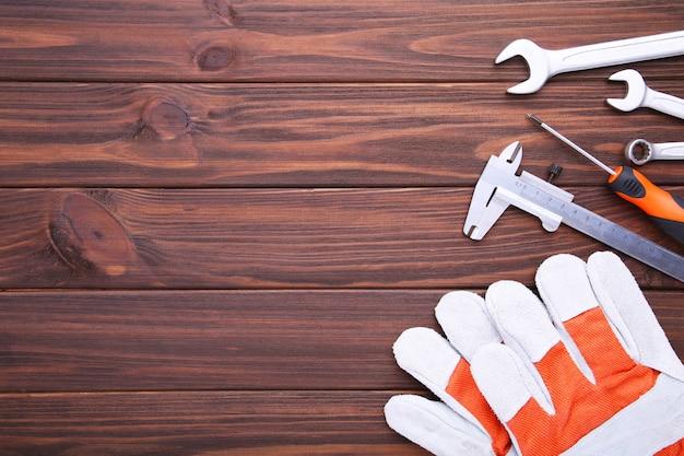 Różne narzędzia budowlane na brązowym drewnie