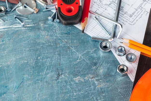 Różne narzędzia budowlane na niebieskim tle