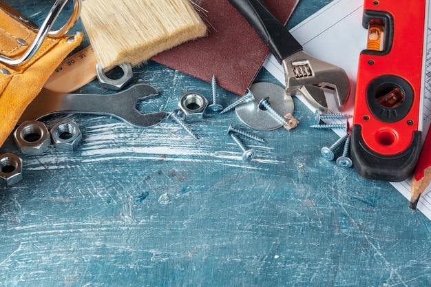 Różne narzędzia budowlane na niebiesko