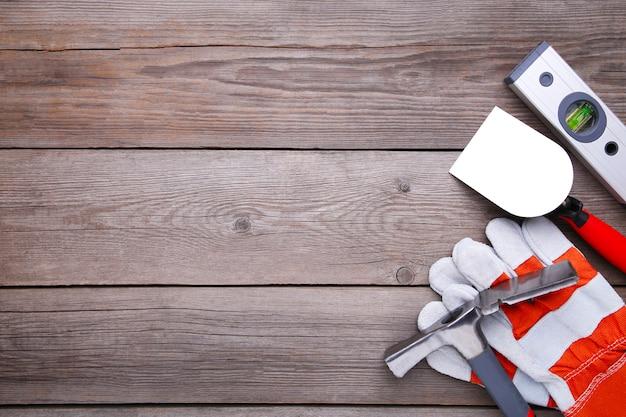 Różne narzędzia budowlane na szarym drewnianym